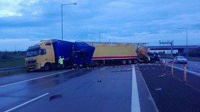 Nehoda tří kamionů zablokovala Pražský okruh: Bouralo se i v opačném směru