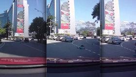 Dvě malé děti vypadly matce z kufru auta během jízdy. Ona si toho ani nevšimla