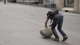 DivnoBrno: Muž valící kámen šokuje kolemjdoucí. Hovnivál? Prý umění