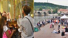 Vázání stuh i vyprávění o Bohu na vodě. Na Noc kostelů přišlo prý 120 tisíc lidí