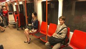 """Nové sedačky v metru se lidem líbí. """"Ale jsou nepohodlné na záda,"""" říká Martina"""