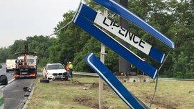 Luxusní BMW proletělo značkou: Zdemolované skončilo mimo silnici na Strakonické
