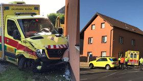 V Praze havarovala sanitka s pacientkou: Zdravotníci po střetu nabourali do domu