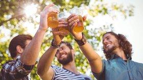 Alkohol ve vedru láká. Jak se napít bezpečně a kdo se opíjí hlavně v pátek?