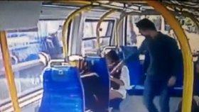 """""""Ty mi ukazuješ zadek o ramadánu?"""" Turek v autobusu zbil dívku kvůli šortkám"""