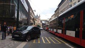Na Národní třídě bouralo auto s tramvají. Vůz skončil na chodníku