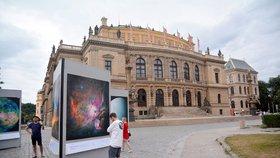 Zažijte vesmír před Rudolfinem: Týden astronomie právě odstartoval výstavou