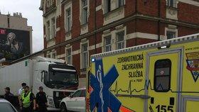 Pobodaný řidič mercedesu v Holešovicích boural: Zemřel záchranářům pod rukama