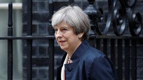 """Mayová získala důvěru britského parlamentu. Bylo to """"o prsa"""""""