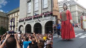 Katalánci bavili Ostravu! Zastavili dopravu a žonglovali s ohněm
