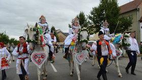 Úžasná podívaná v Hluku na Uherskohradišťsku: Koně při Jízdě králů ozdobili velkými srdci