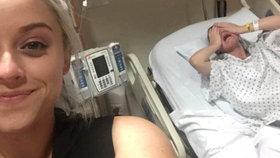 Šílené selfie: Žena se vyfotila s rodící sestrou v agonii, za tohle jí nepoděkuje