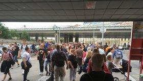 Prázdninové terno v dopravě: Kolony, výluky, přeplněné metro a navíc koncert