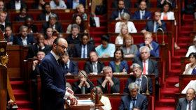 Francie má novou vládu. Macronův premiér chce zdražit cigarety na 260 korun