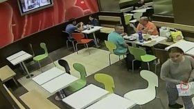 Neuvěřitelná drzost: Zlodějka předstírala žebrání o jídlo, ukradla mobil za 28 tisíc