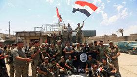 ISIS v Mosulu padl na kolena. Islamisté skočili do řeky, premiér slaví s vojáky