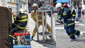 Nejtvrdší hasiči Česka bojovali v Plzni: Tahali figurínu těžkou 80 kg a běhali na věž chrámu sv. Bartoloměje