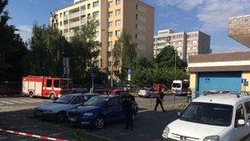 Policisté na Chodově uzavřeli ulici: Před poštou si někdo odložil kufr
