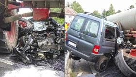 Traktor v Podještědí sešrotoval auto: Záchranu řidiče komplikovali zvědavci