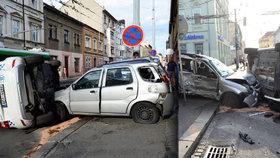 Těžká havárie strážníků v centru Plzně. Jeli k zásahu, sestřelili auto matky s dítětem (12)
