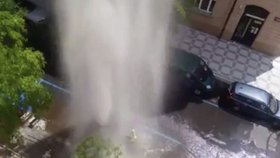 Obří gejzír vody na Vinohradech: V Moravské se »ustřelil« hydrantový nástavec