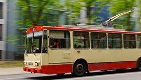 V Pardubicích se srazila dodávka s trolejbusem, pět zraněných