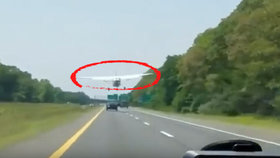 Letadlo muselo přistát uprostřed rušné dálnice. Začal mu zlobit motor