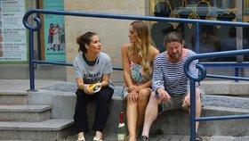 Pařba mezi patníky: Decastelo, Mottlová a Noha popíjeli šampus na ulici