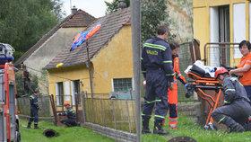 Na Plzeňsku se parašutistka (25) zřítila na dům: S těžkým zraněním skončila v nemocnici
