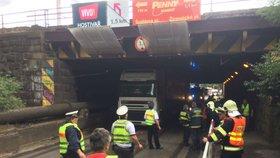 Kamion se v Hostivaři »šprajcnul« v podjezdu: Tramvaje 22 a 26 jezdily jinudy