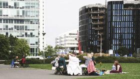 Prahu zaplnily židle a stolky: Posedí si i lidé v odlehlejších koutech města