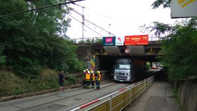 To je umění! Už druhý kamion za 24 hodin se zasekl pod viaduktem v Hostivaři