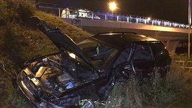 Auto vyletělo z Jižní spojky: Ze zdemolovaného vraku vytáhli řidiče a spolujezdce