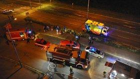Půlnoční požár bytu v Bohnicích: Plameny vyhnaly z domu jeho obyvatele