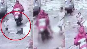 Těhotná žena přejela na skútru chlapce (2). Když se jí zasekl pod vozidlem, rozjela se a neohlížela se