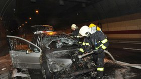 Požár v tunelu Mrázovka: U hořícího automobilu zasahovali hasiči