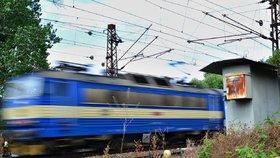 Mladíka v Praze usmrtil vlak. Provoz vlaků mezi Prahou a Kolínem byl přerušen