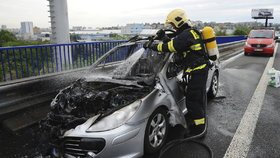 Auto začalo za jízdy hořet: Rodiče s malým dítětem z něj včas vyběhli