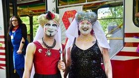 Sestry s podprsenkami na hlavách v tramvaji: Upozornily na šíření HIV
