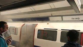 Panika v londýnském metru: Kouř se valil z vagónů, lidé utíkali před požárem