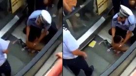Chlapce (3) uvěznil eskalátor za zadek! Utrpení dítěte sledovaly desítky lidí