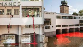 Vltava u Mánesu zrudla: Obarvili ji aktivisté na protest proti komerci