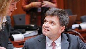 Ministr odstoupil po skandálu s dotacemi. Na Slovensku pokračuje vládní krize