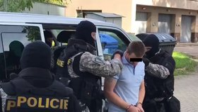Obviněný z vyvraždění rodiny šel k soudu jako beránek: Po zdemolování cel ho doprovázela po zuby ozbrojená eskorta