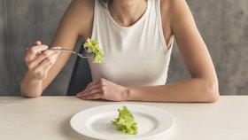 Bolest hlavy a špatná menstruace: Takhle poznáte, že jíte málo. A proto nehubnete!