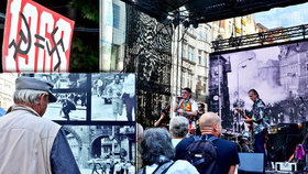 """""""Minulost se nesmí opakovat"""": Na Václaváku si lidé připomínají srpen 1968"""