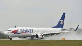 Smrt na pražském letišti: Muž spadl ze dveří letadla hlavou na beton, nepodařilo se ho zachránit