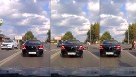 Naštvaný řidič odtáhl po zemi staříka přes přechod, protože mu cesta trvala moc dlouho