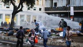 Drsná potyčka uprchlíků s policií: Migranti vzali do rukou kamení i zápalné lahve