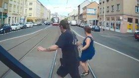 """Tramvaj 75krát loni porazila chodce: """"Přechází, kde nemají, chodí na červenou,"""" říká DPP"""